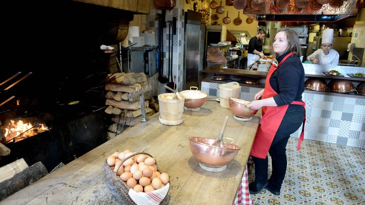 Dans les cuisines du restaurant de la Mère Poulard le 24 novembre 2017, au Mont-Saint-Michel en Normandie. On prépare des spécialités d'omelettes. (MAXPPP)