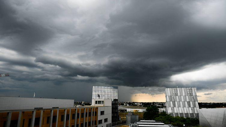 Un orage passe au dessus de Nantes, le 3 juin 2018. (MAXPPP)