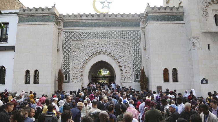 Des fidèles réunis à la Grande mosquée de Paris pour l'Aïd el-Fitr, qui marque la fin du ramadan, le 15 juin 2018. (ZAKARIA ABDELKAFI / AFP)