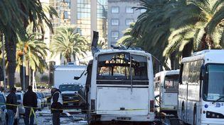 Le carde la sécurité présidentielle visé, le 24 novembre 2015 à Tunis, par un attentat revendiqué par les jihadistes de l'Etat islamique, photographié ici le lendemain de l'attaque.  (FETHI BELAID / AFP)