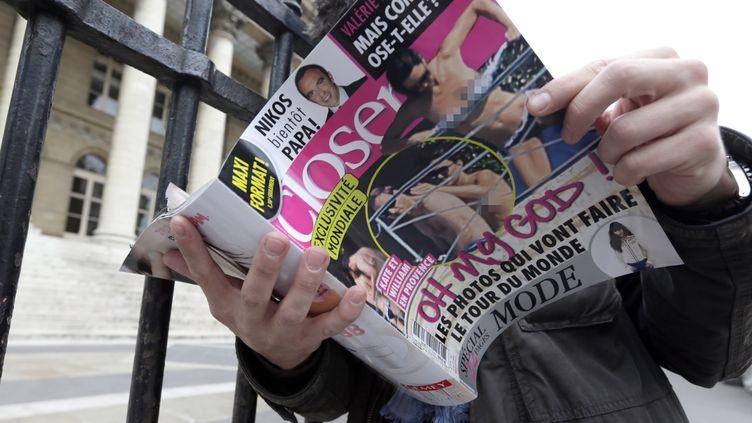 """Le magazine """"Closer"""" avait publié, en 2012, des photos seins nus de Kate Middleton. (KENZO TRIBOUILLARD / AFP)"""