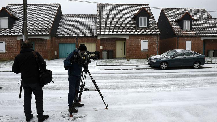 """Des journalistes filment la maison de Dino Scala, le """"violeur de la Sambre"""" présumé, le 1er mars 2018. (AFP)"""