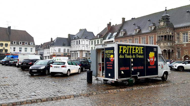 La place d'Armes à Hesdin (Pas-de-Calais). (BENJAMIN  ILLY / FRANCE-INFO)
