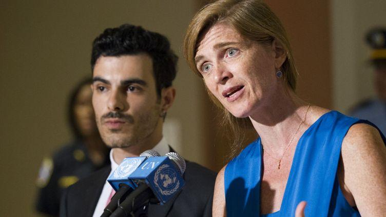 L'ambassadrice américaine à l'ONU et le réfugié syrien Subhi Nahas après la réunion consacrée à la persécution des homosexuels. (AFP/ Rick Barjonas)