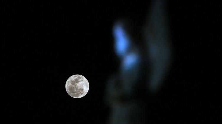 """La """"super Lune"""" au-dessus de Mexico, la capitale du Mexique, le 1er janvier 2018. (FRANCISCO ESTRADA / NOTIMEX / AFP)"""
