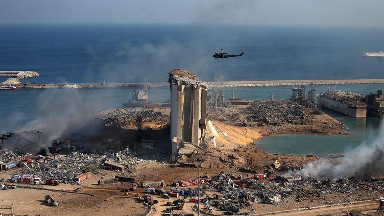 Des silos à grain endommagés sur le port de Beyrouth, au Liban, le 5 août 2020, au lendemain d'une double explosion. (STR / AFP)