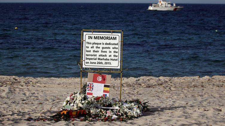 Une plaque en mémoire des victimes de l'attentat de la station balnéaire de Sousse, en Tunisie, qui avait fait 30morts le 26 juin 2015. (ZOHRA BENSEMRA / REUTERS)