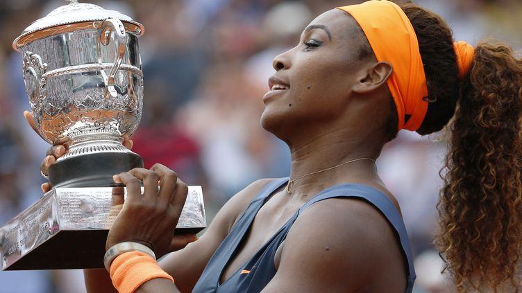 Serena Williams soulève le trophée de Roland-Garros, le 8 juin 2013, à Paris. (THOMAS COEX / AFP)