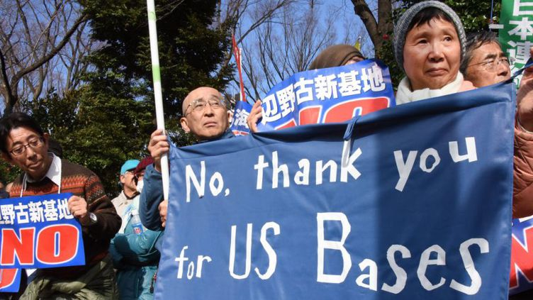 Des centaines de personnes manifestaient contre l'ouverture d'une nouvelle base américaine sur l'archipel d'Okinawa, devant le Parlement japonais, à Tokyo, le 21 février 2016. (TORU YAMANAKA / AFP)