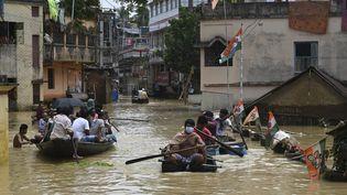 Des habitants font face aux inondationsà Ghatal, dans le Bengale-Occidental, le 2 août 2021. (DIBYANGSHU SARKAR / AFP)