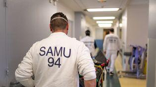 Un agent du Samu de l'hôpital Saint-Camille à Bry-sur-Marne (Val-de-Marne), le 21 avril 2021. (ALINE MORCILLO / HANS LUCAS / AFP)