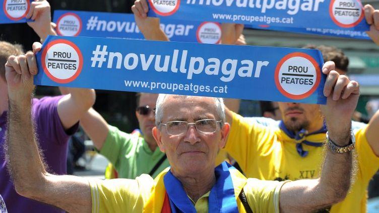 """Manifestation contre l'austérité à Barcelone, en Catalogne (Espagne), le 17 juin 2012. """"No vullpagar"""" signifie """"Je ne veux pas payer"""" en catalan, et """"Prou peatges"""" """"Assez des péages"""". (LLUIS GENE / AFP)"""