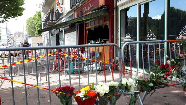 """(Les premiers bouquets de fleurs sont déposés devant le bar le """"Cuba Libre"""" où 13 personnes ont perdu la vie © RF/ Eric Damaggio)"""
