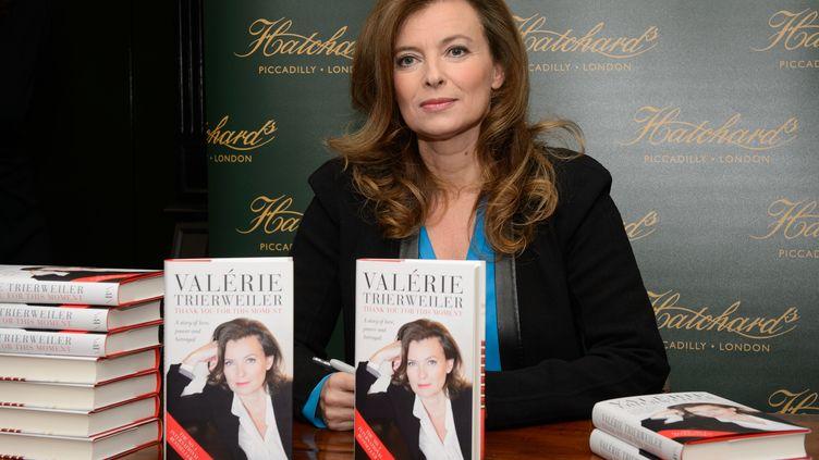 """Valérie Trierweiler dédicace son livre """"Merci pour ce moment"""", le 25 novembre 2014, à Londres (Royaume-Uni). (LEON NEAL / AFP)"""