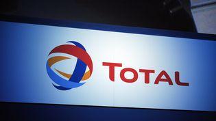 Le logo du groupe Total, le 23 novembre 2012, lors d'une assemblée générale des actionnaires, à Paris. (ERIC PIERMONT / AFP)