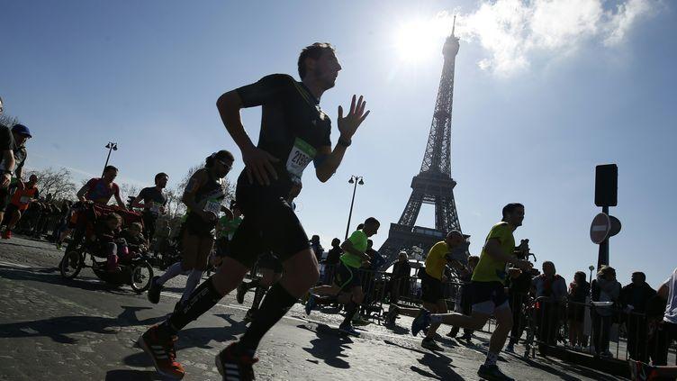 Un coureur lors du marathon de Paris, le 3 avril 2016. (THOMAS SAMSON / AFP)