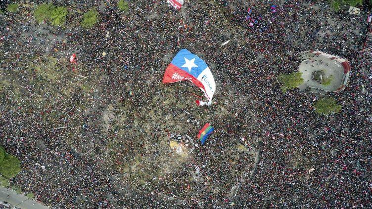 Plus d'un millionde manifestants ont envahi le centre de Santiago du Chili vendredi 25 octobre pour protester contre les inégalités sociales, une semaine après le déclenchement d'une vague de contestation sans précédent depuis des décennies (photo aérienne). (PEDRO UGARTE / AFP)