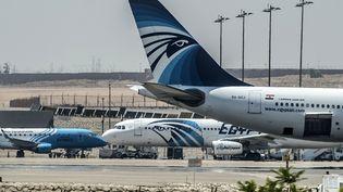 Des avions d'EgyptAir sur le tarmac de l'aéroport du Caire, jeudi 19 mai 2016. (KHALED DESOUKI / AFP)