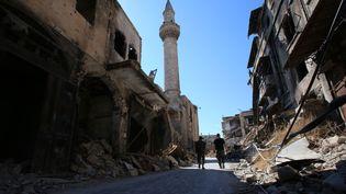 Deux soldats de l'armée syrienne dans le centre historique d'Alep, en septembre 2016. (YOUSSEF KARWASHAN / AFP)
