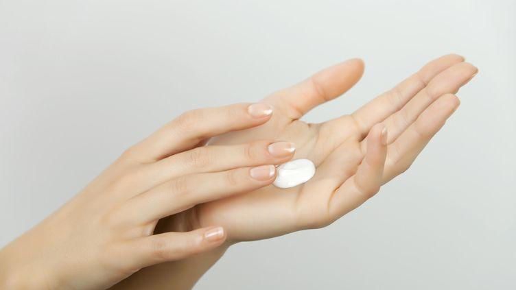 De la crème appliquée sur une main. Photo d'illustration. (JANA HERNETTE / MAXPPP)