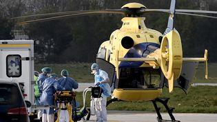 Des soignants font un transfert de malades du Covid-19 (PHILIPPE LOPEZ / AFP)
