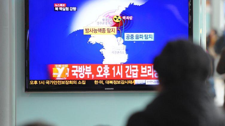 Un Sud-Coréen regarde le journal télévisé consacré au probable test nucléaire nord-coréen, le 12 février 2013 à Séoul (Corée du Sud). (KIM JAE-HWAN / AFP)
