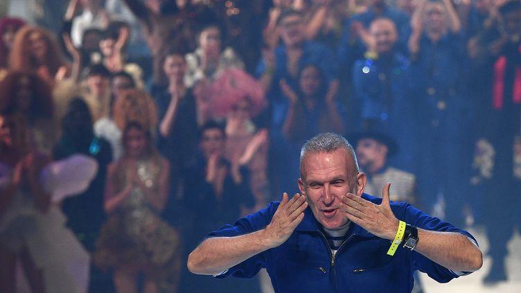 Le couturier Jean Paul Gaultier au final de son dernier défilé haute couture printemps-été 2020 sur la scène du théâtre du Chatelet, le 22 janvier 2020 (ANNE-CHRISTINE POUJOULAT / AFP)