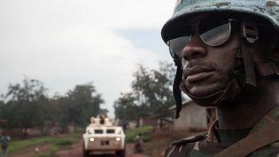 Un soldat tanzanien de la force de l'ONU déployée en Centrafrique, en juillet 2018 (ici près de la localité de Gamboula). (Florent Vergnes/AFP)
