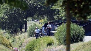 Les forces de sécurité stationnent à l'entrée du site d'Air Products àSaint-Quentin-Fallavier(Isère), le vendredi 26 juin. (PHILIPPE DESMAZES / AFP)