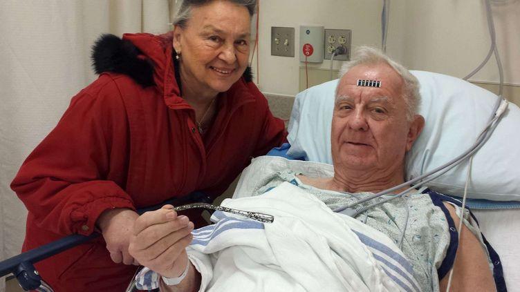 Arthur Lampitt et sa femmeBetty à l'hôpital après l'opération qui a permis d'extraire une tige métallique de 17,7 cm de son avant-bras gauche, le 31 décembre 2014. (JESSE BOGAN / AP / SIPA)