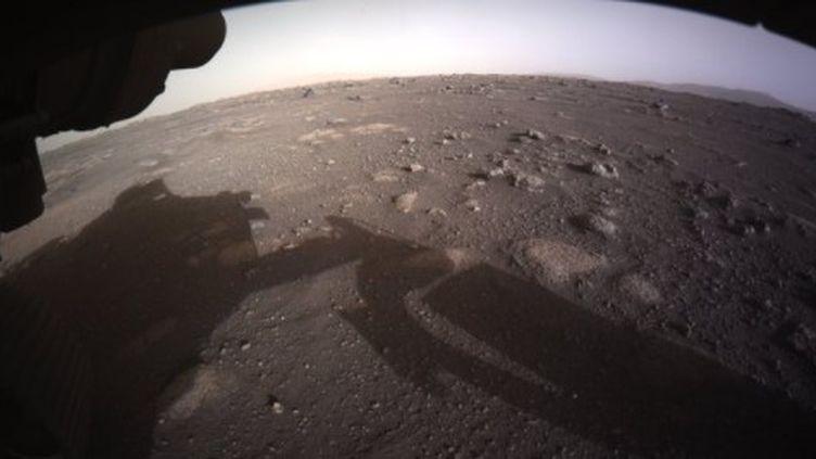 Extrait de la vidéo montrant la sonde Perseverence au lendemain de son atterrissage sur Mars, alors qu'il s'agit de Curiosity en 2016. (CAPTURE D'ÉCRAN)