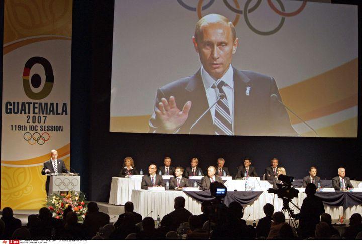 Le président russe Vladimir Poutine, à gauche, s'exprime lors de la présentation de la ville de Sotchi comme candidate à l'organisation des Jeux olympiques d'hiver de 2014, lors de la 119e session du Comité international olympique à Guatemala City, le 4 juillet 2007. (MIKHAIL KLIMENTYEV/AP/SIPA / AP)