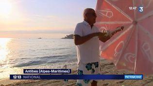 Vie de plage à Antibes (Alpes-Maritimes). Publique et familiale la plage de la Salis a vu défiler des générations sur son sable. Certains habitués ont trouvé la bonne méthode pour se faire leur place au soleil. (FRANCE 3)