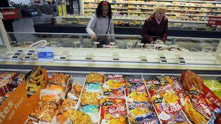 """Des consommateurs font leurs courses au rayon """"surgelés"""" d'un supermarché de Bordeaux (Gironde), le 21 février 2013. (JEAN-PIERRE MULLER / AFP)"""