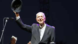 Leonard Cohen lors d'un concert à Indio, en Californie (Etats-Unis), le 17 avril 2009. (FRAZER HARRISON / GETTY IMAGES NORTH AMERICA / AFP)