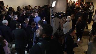 """Des élus républicains se sont introduitsdans une pièce sécurisée, retardant le témoignage d'un responsable du Pentagone, dans le cadre de l'enquête démocratequi pourrait aboutir sur une mise en accusation (""""impeachment"""") du président Trump, mercredi 23 octobre, à Washington. (ALEX WONG / GETTY IMAGES NORTH AMERICA / AFP)"""