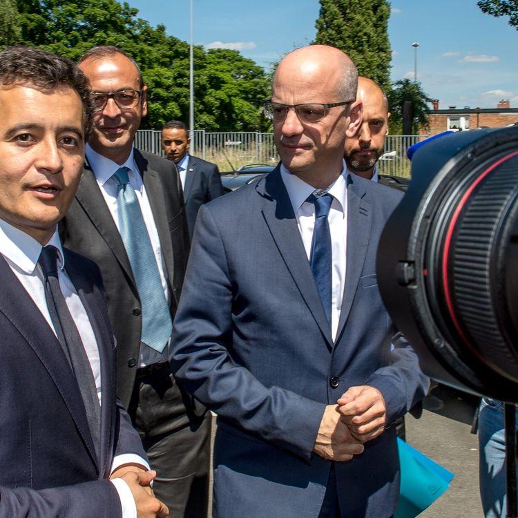 Les ministres Jean-Michel Blanquer et Gérald Darmanin lors d'un déplacement dans une école de Tourcoing (Nord), en 2017. (PHILIPPE HUGUEN / AFP)