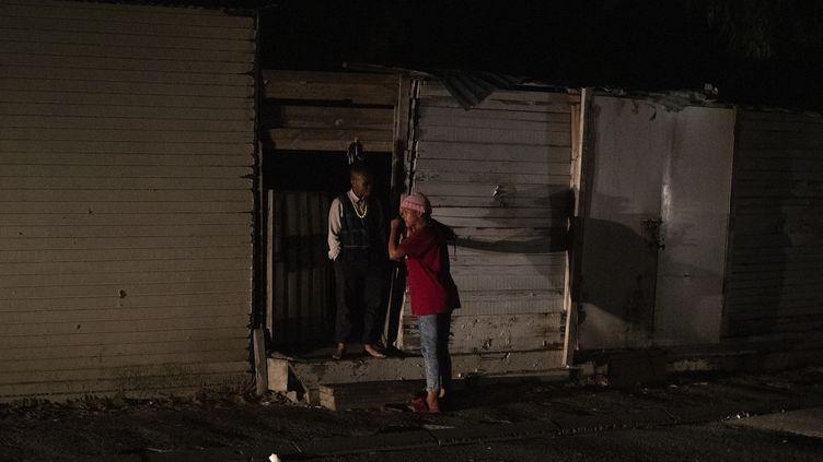 Des habitants de Cape Town en Afrique du Sud, victimes d'un délestage électrique le 18 mars 2019. (NIC BOTHMA / EPA)
