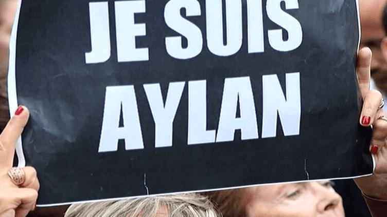 """Récupéré, copié, détourné, le slogan """"Je suis Charlie"""" créé par Joachim Roncin a fait le tour du monde  (France 3 / Culturebox)"""