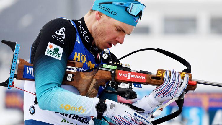 Émilien Jacquelin a cassé sa carabine après une chute lors de la mass start d'Oberhof dimanche 17 janvier 2021. (MARCO BERTORELLO / AFP)
