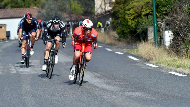 """Christophe Laporte, en position dite """"Mohoric"""" sur la troisième étape de l'Etoile de Bessèges, ce vendredi 5 février. (ALEXIS BETHUNE / MAXPPP)"""