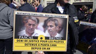 """Des soutiens des deux pilotes impliqués dans l'affaire """"Air Cocaïne"""" manifestent, le 19 avril 2014 à Lyon (Rhône). (JEAN-PHILIPPE KSIAZEK / AFP)"""