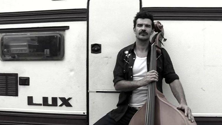 Le rockeur Johnny Montreuil devant sa caravane (Johnny Montreuil)