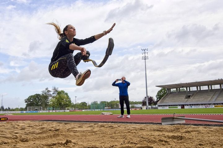 Marie-Amelie Le Fur lors d'un entraînement, le 21 mai 2021 au stade Jean-Leroy de Blois (Loir-et-Cher). (GUILLAUME SOUVANT / AFP)