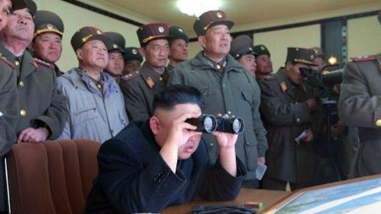 Photo publiée par l'agence officielle nord-coréenne KCNA, le 14 mars 2013. Le dirigeant nord-coréen Kim Jong-Un supervise un exercice d'artillerie près de la frontière maritime contestée avec la Corée du Sud. (AFP PHOTO / KCNA / KNS)