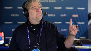 """SteveBannon répond aux auditeurs lorsde l'émission """"Breitbart News Daily"""", sur la radioSiriusXM Patriot, à Cleveland(Ohio, Etats-Unis), le 21 juillet 2016. (BEN JACKSON / GETTY IMAGES NORTH AMERICA / AFP)"""