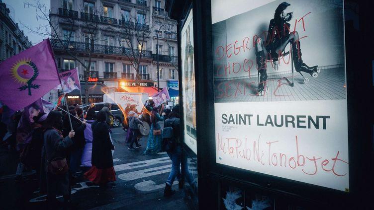 Une des affiches Yves Saint Laurent prise pour cible, à Paris, le 8 mars 2017. (VSPRESS/SIPA /  )