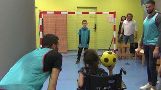 """L'association """"Premiers de Cordée"""", qui permet aux enfants malades de rencontrer des sportifs professionnels et de faire du sport, a organisé un atelier au CHU de Clermont-Ferrand (Puy-de-Dôme). (FRANCE 3)"""