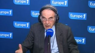 Robert Badinter, au micro d'Europe 1, à Paris, le 9 janvier 2013. (EUROPE 1 / FRANCETV INFO)