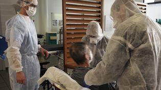 Au centre hospitalier de Melun, les médecins travaillent actuellement plus de 60 heures par semaine pour faire face à l'afflux de malades du coronavirus. (GUILLAUME SOUVANT / AFP)